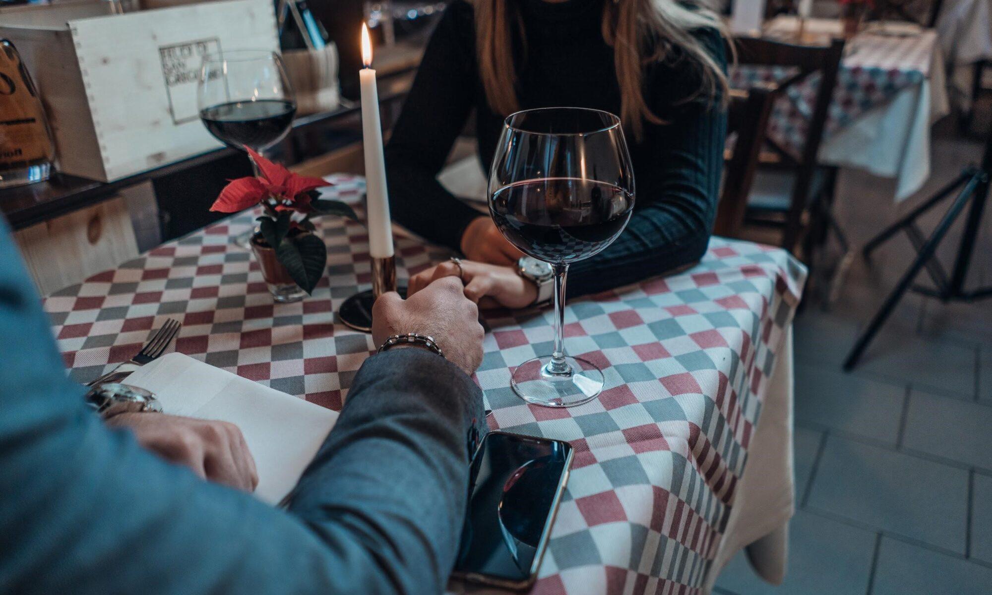 Junges Paar händchenhaltend beim ersten date